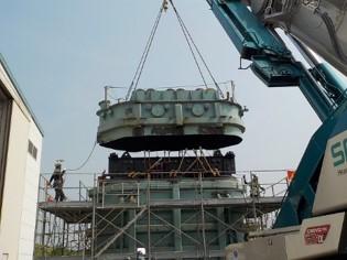 画像:大型変圧器解体工事